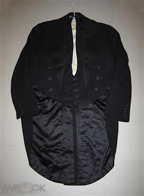 Два французских фрачных пиджака, три жилетки и один картуз. 1927 год.
