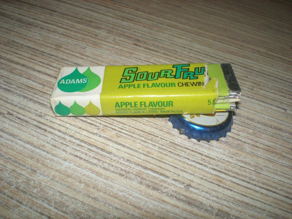 Обертка Аdams Sour Tru Apple США от упаковки, и пять золотинок.