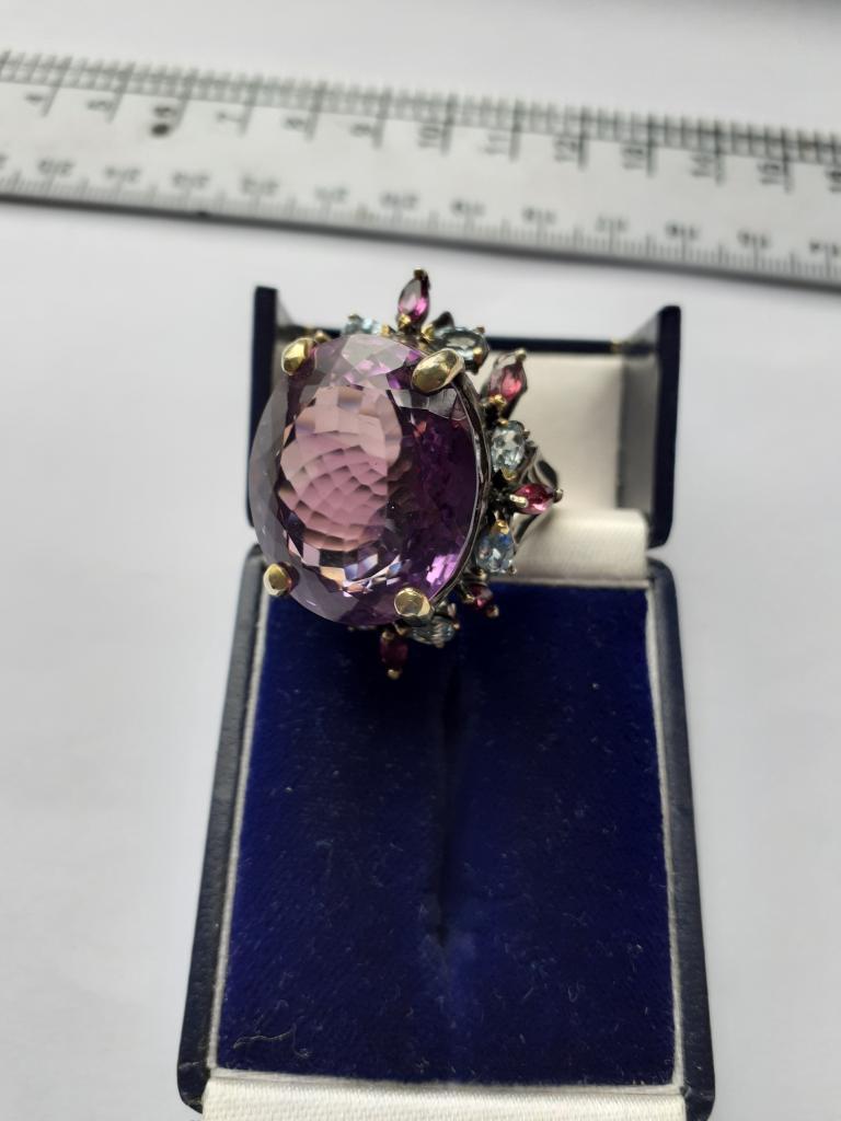 Крупное высокое серебряное кольцо (925) с природными аметистом 40 кт, родолитами и топазами