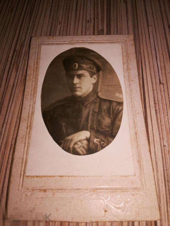 Фотография Псков  Революционер офицер в кожаной куртке форма
