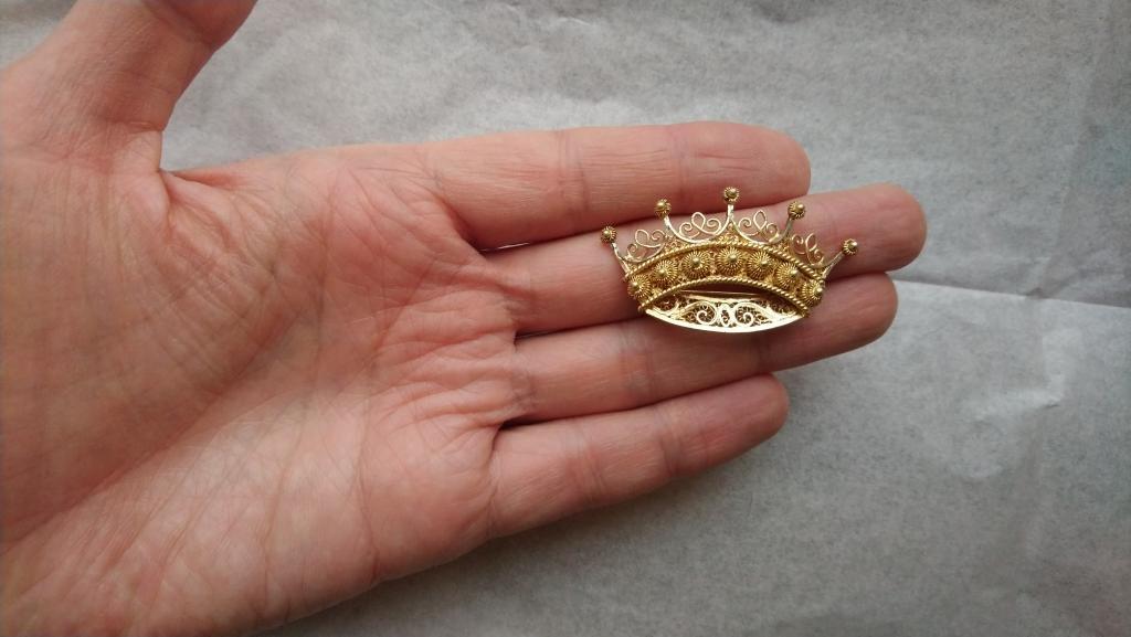 4292 Корона серебряная брошь серебро золочение скань Европа винтаж