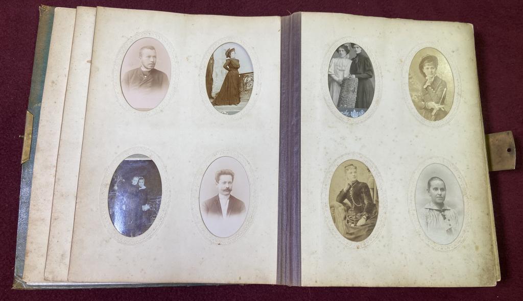 Большой Винтажный Альбом с Семейными Фотографиями Конца 19 Века #279