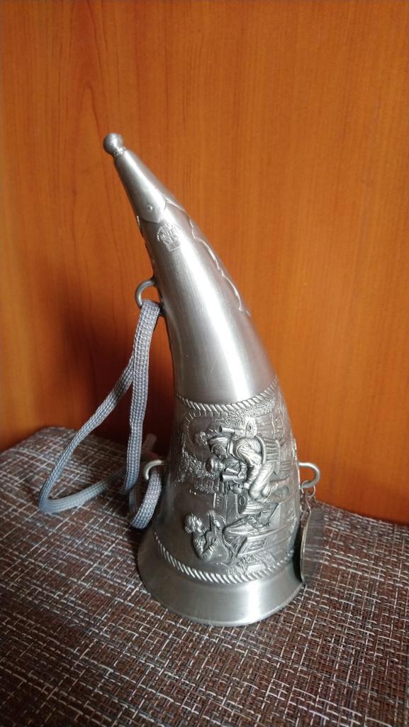 Сувенирный рожог рог кубок Девушка с гитарой лошади посиделки в таверне Германия олово